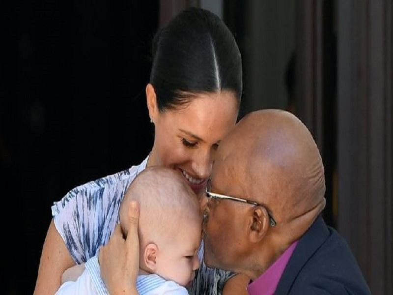Bébé Archie rencontre l'archevêque Tutu en visite royale