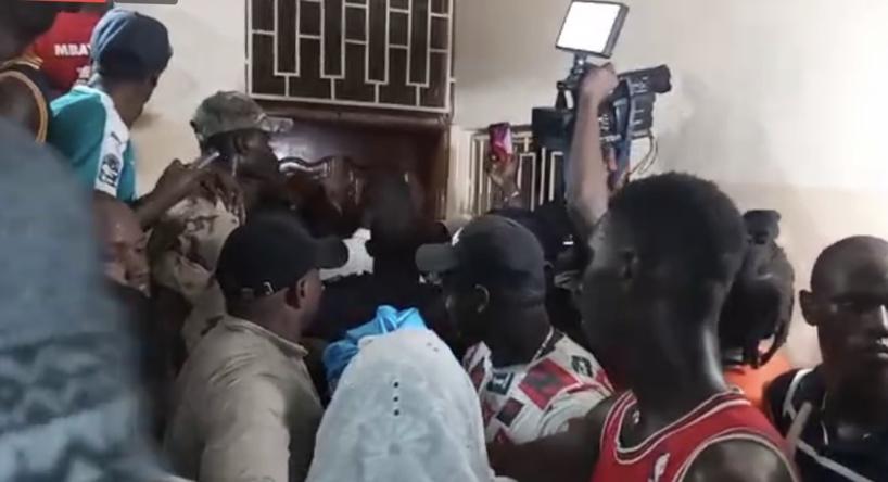 Khalifa Sall bloqué devant la chambre de sa maman par une énorme bousculade