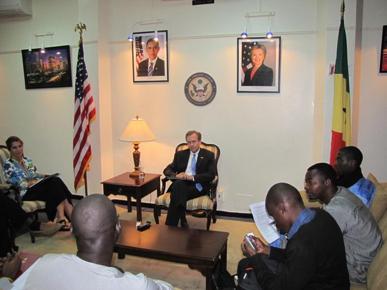 M. Lewis Lukens en compagnie des journalistes et reporters  des organes membres de l'APPEL