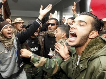 D'anciens rebelles libyens réclament leur solde impayée au Premier ministre, le 23 décembre 2011 à Tripoli. REUTERS/Ismail Zitouny