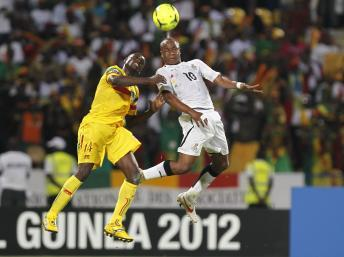 Duel entre le Ghanéen Andre Ayew et le Malien Drissa Diakité, le 28 janvier 2012 lors du 1er tour de la CAN. REUTERS/Louafi Larbi