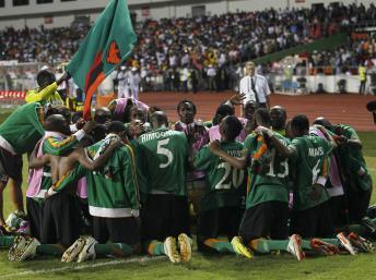 Les Zambiens fêtent leur victoire à la CAN 2012. REUTERS/Louafi Larbi