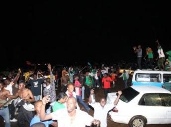 Les supporters de l''équipe nationale de football de la Zambie fêtent la victoire de leur équipe dans les rues de Lusaka, le 12 février 2012. AFP/ JOSEPH MWENDA