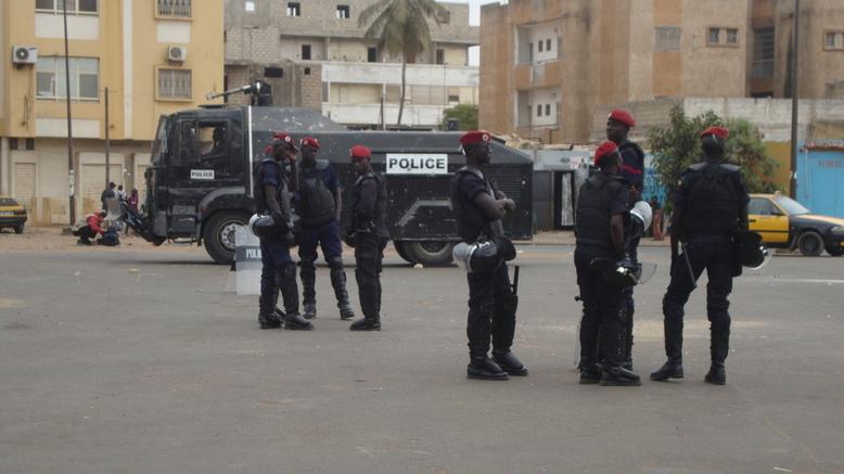 """PHOTOS Obélisque : La police Fait du """"Fanane"""" à la place de """"Y en a marre"""""""
