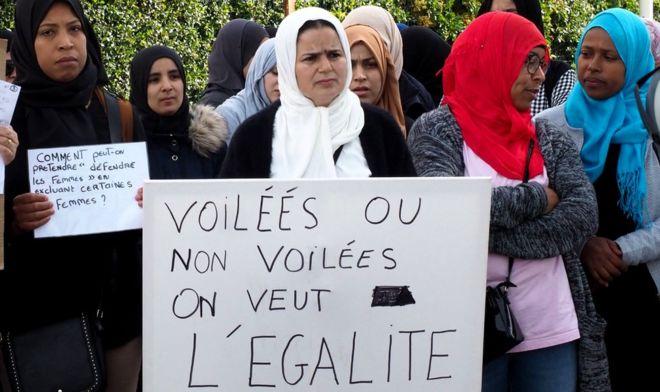 Macron met en garde contre la stigmatisation des musulmans dans le conflit autour du voile en France