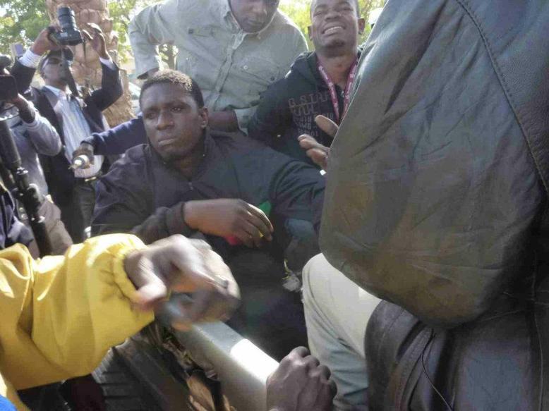 """VIDEO & DIAPO Obélisque, Comment Simon, Kilifeu et autres de """"Y'en a marre"""" ont été arrêtés et évacués"""