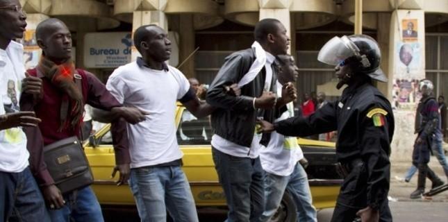 La police stoppe les protestataires, place de l'Indépendance à Dakar, le 15 février. (Tanya Bindra/AP/SIPA)