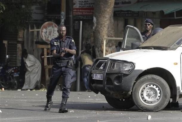 VIDEO ET PHOTOS Le policier blessé qui perd son sang froid et sort son arme pour tirer