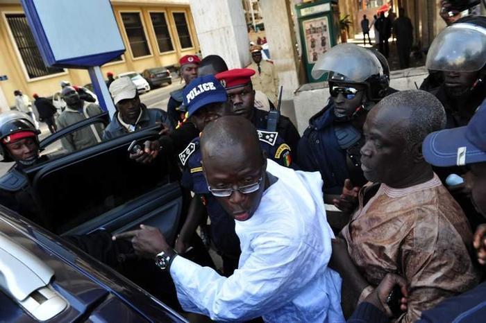 Direct Place de l'Indépendance: Cheikh Bamba Dièye brutalisé sauvagement par les policiers