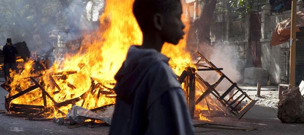 La tension est très vive au Sénégal à six jours de l'élection présidentielle de dimanche et, depuis près d'une semaine des violences ont lieu dans le centre de Dakar entre les forces de l'ordre et des opposants, essentiellement des jeunes, qui tentent de participer à des manifestations interdites.
