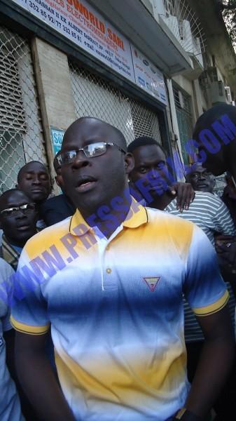 """VIDEOS & PHOTOS Cheikh Bamba Dièye contourne l'armada policière et marche sur la place """"interdite"""""""