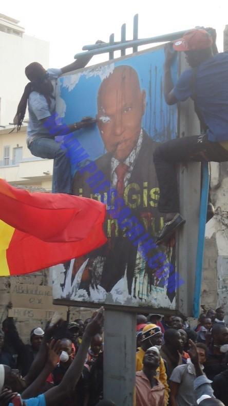 VIDEO & PHOTOS les jeunes manifestants s'acharnent sur une affiche du candidat Wade
