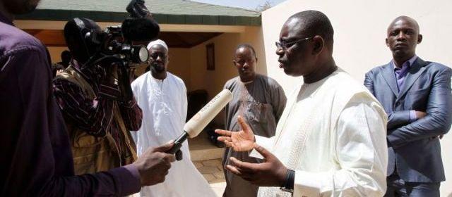 Dakar (Sénégal), lundi. Macky Sall (à droite) serait au coude à coude avec le président sortant Abdoulaye Wade, d'après des résultats très provisoires. | (REUTERS/YOUSSEF BOUDLAL.)