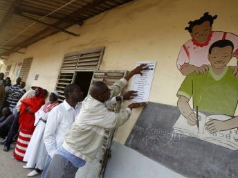 Electeurs attendant de voter devant un bureau de Dakar, le 26 février 2012. La participation sera aussi l'un des enjeux du deuxième tour. REUTERS/Youssef Boudlal