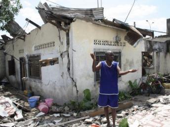 Maisons détruites par l'incendie qui a suivi l'explosion d'un dépôt d'armes dans le quartier de Mpila, spectacle d'apocalypse dans la capitale congolaise, le 4 mars 2012. AFP/Guy-Gervais Kitina