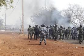 Coup d'Etat au Mali: les mutins annoncent la suspension des institutions