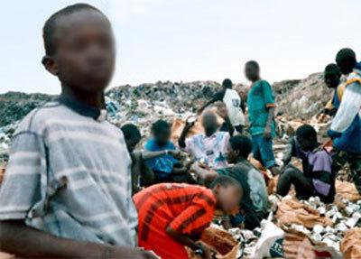 Vélingara : des talibés gagnent des sous dans un dépotoir d'ordures
