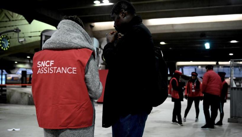 Grève: à Paris, les commerçants inquiets mais solidaires, les voyageurs sereins