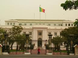 Palais de la République: Les initiales de Wade (AW) rayées du drapeau national au profit de celles de Macky Sall (MS)