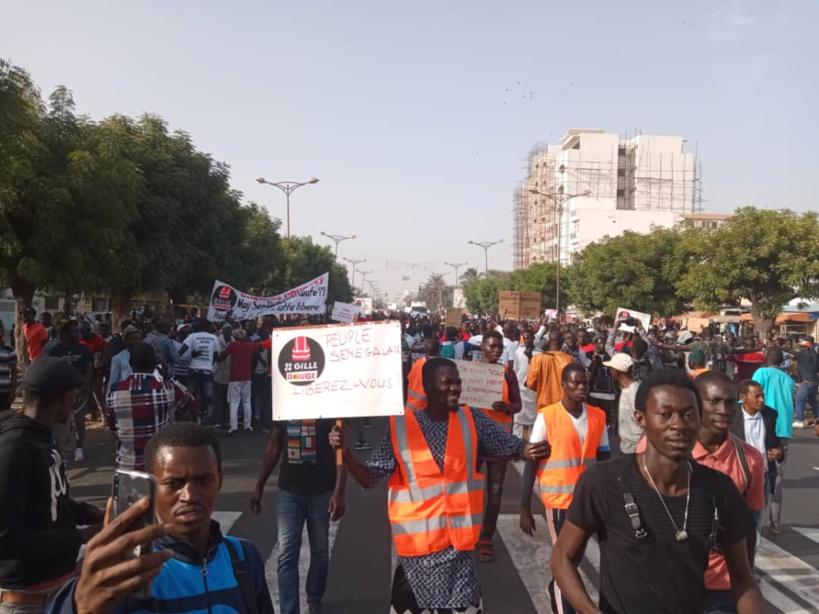 """[Reportage] Des centaines de dakarois manifestent pour dire non à la hausse du prix de l'électricité """"imposée"""" par Macky Sall"""
