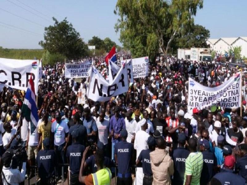 Des Gambiens demandent au président Barrow de quitter le pouvoir