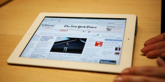 Un an et demi après son lancement, les éditeurs de journaux espèrent que l'iPad va les aider à construire un nouveau modèle économique.   AFP/KIMIHIRO HOSHINO