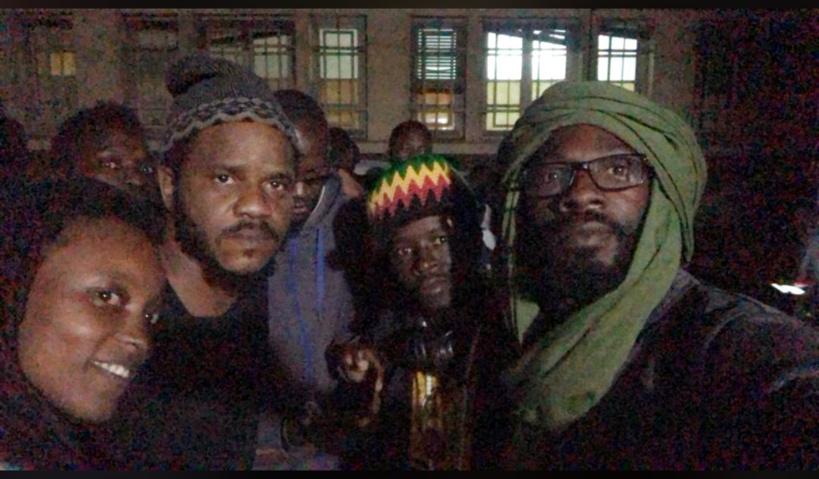 Le rappeur Thiat après sa libération en compagnie de Fadel Barro et d'autres membres de Y'en a Marre