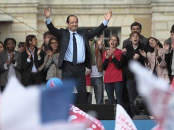 François Hollande, le candidat socialiste à la présidentielle devant le château de Vincennes, le 15 avril 2012. Reuters/Charles Platiau