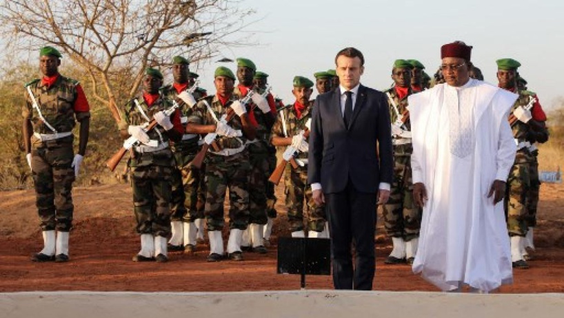 Au Niger, Macron s'incline devant les sépultures des militaires tombés à Inates