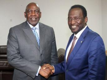 Le président par intérim, Dioncounda Traoré (D) et le Premier ministre Cheick Modibo Diarra, sont selon certains observateurs fragilisés par les récentes arrestations, le 18 avril 2012. AFP/Habibou Kouyaté