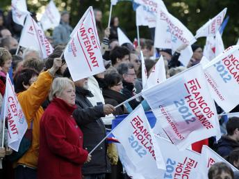 Selon un sondage CSA publié jeudi 19 avril, François Hollande est crédité de 28% d'intentions de vote au 1er tour et 57% au second tour. Cenon, le 19 avril 2012. EUTERS/Stephane Mahe