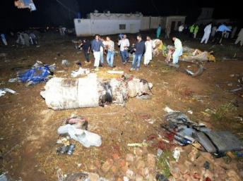 Les secours et la presse sont présents sur le site où l'avion privé pakistanais de la compagnie aérienne Bhoja s'est écrasé, près d'Islamabad, ce vendredi 20 avril 2012. AFP / Aamir Qureshi