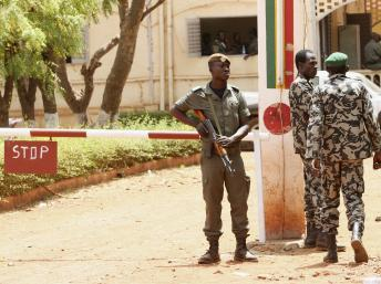Des soldats en faction dans le camp militaire de Kati. Reuters/Luc Gnago