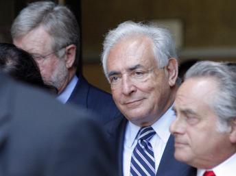 DSK (centre) en compagnie de ses deux avocat s, à la sortie du tribunal de Manhattan, à New York, le 23 août 2011. REUTERS/Kena Betancur