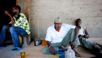 César et son fidèle bras droit, Rambo autour d'une bouteille d'alcool de palme (Source: Jeune Afrique)