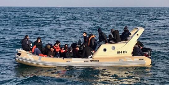 Le bébé d'une migrante africaine naît et meurt à bord d'un canot pneumatique en mer