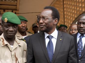 Le président par intérim Diouncounda Traoré (c) et le capitaine Amadou Haya Sanogo (g) au camp militaire de Kati, le 9/4/2012. Reuters/Joe Penney