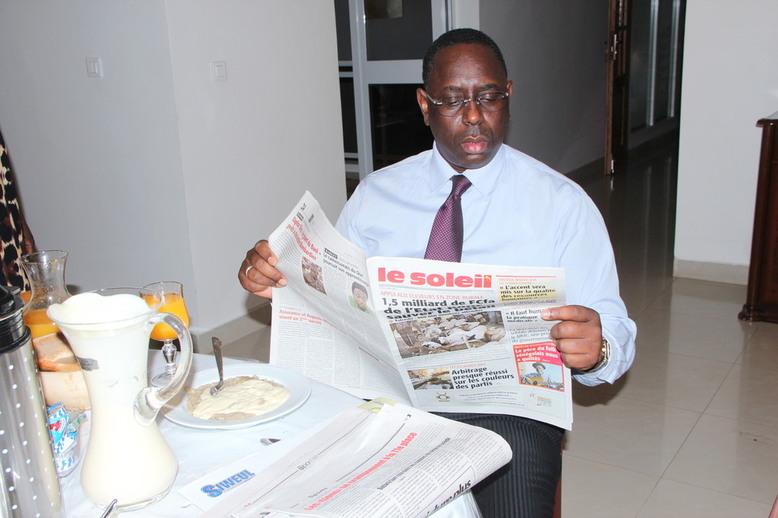 """PHOTOS: Le président Macky Sall au petit déjeuner avec Marième Faye devant son bol de """"lakh*"""""""