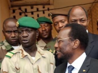 Le président intérimaire du Mali Dioncounda Traoré (d) ne semble pas être le préféré des militaires de l'ex-junte pour diriger la transition, plutôt favorables à leur chef, le capitaine Sanogo (g). AFP/HABIBOU KOUYATE