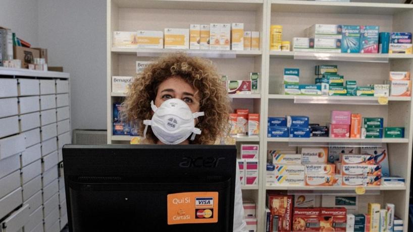 Une pharmacienne dans une officine à San Fiorano, l'une des villes fermées à cause de épidémie de coronavirus en Italie, le 25 février 2020. Marzio Toniolo / via REUTERS