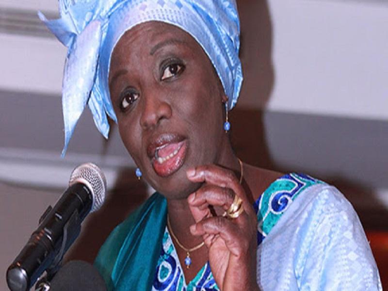 Suspension d'achat de véhicules administratifs: Mimi Touré défie Macky et trouve des véhicules à ses collaborateurs