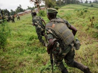 Des soldats des FARDC en pleine traque d'une position des rebelles du M23 au Nord-Kivu, le 24 mai 2012. AFP / PHIL MOORE