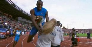 Usain Bolt a dû mal à s'arrêter après un 100 mètres, même lorsqu'une jeune femme lui tend un bouquet de fleur.