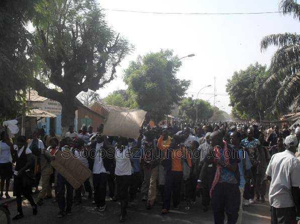 Des élèves marchent de Ziguinchor à Dakar pour se faire intégrer dans la fonction publique