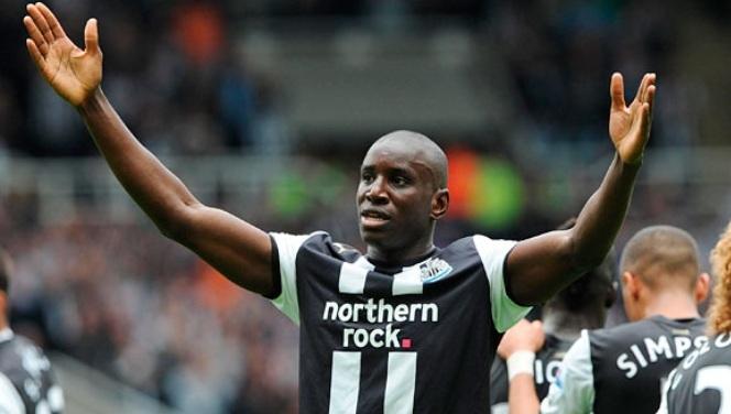 Newcastle: Demba Ba balaie les rumeurs sur son départ