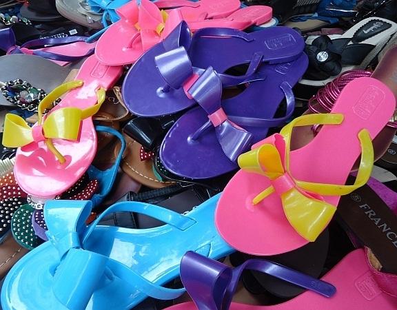 Sandales et nu-pieds: Cet été, le plastique a la cote