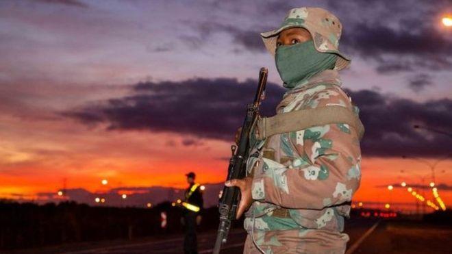 L'Afrique du Sud déploie 70 000 soldats pour faire respecter le confinement
