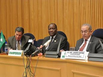 Le président ivoirien Alassane Ouattara entouré de Nourredine Mezni, porte-parole de l'UA (g) et Ramtane Lamamra, commissaire à la paix et à la sécurité de l'Union africaine, à Addis Abeba, le 14 juillet 2012.