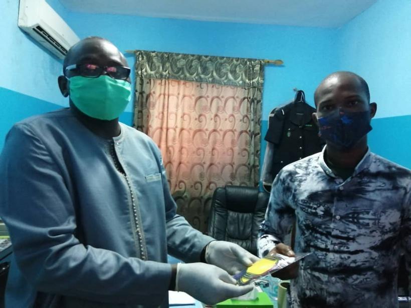 Le FRAPP fait don de 106 masques lavables au commissariat de Grand-Yoff pour lutter contre les violences policières