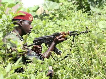 Un soldat des FRCI dans le village de Para (Liberia), non loin de la frontière ivoirienne, le 17 juin 2012.
